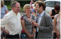 Im Gespräch mit der Leiterin des Kindergartens Frau Hummel und Pfarrer Böhler vor dem Gebäude der ehemaligen BKK-Fahr