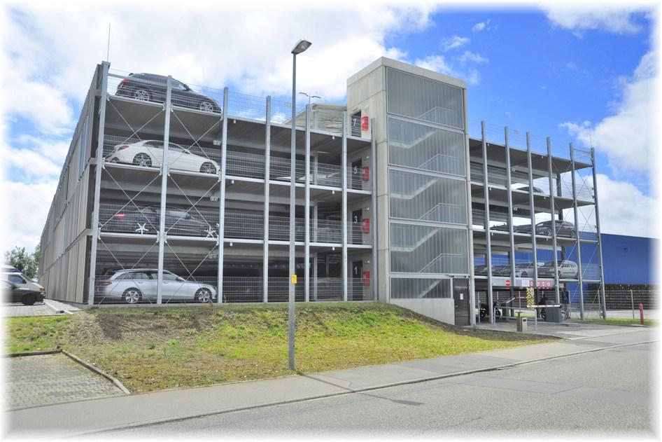 Parkhaus für Constellium Mitarbeiter*innen im Industriegebiet