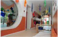 Gangbereich im bestehenden Gebäude für die Betreuung von Kindern unter drei Jahren